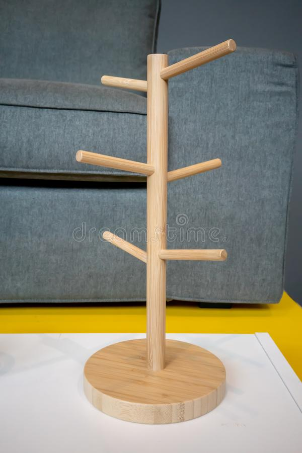 Chapeau accrochant en bois sur la table blanche sur le fond gris images stock