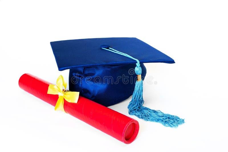Chapeau bleu d'obtention du diplôme avec le diplôme d'isolement sur le fond blanc photo stock