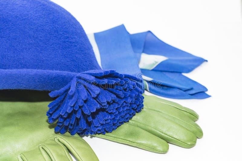 Chapeau bleu, gants verts et écharpe en soie images libres de droits