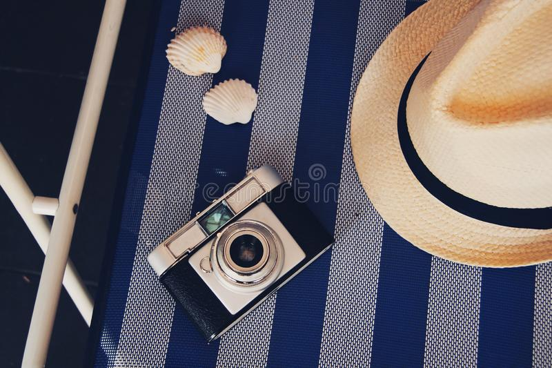 Chapeau, caméra et coquilles photographie stock