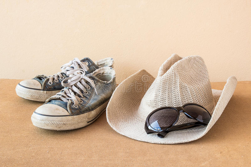 Chapeau, chaussures et verres sur le fond en bois image libre de droits