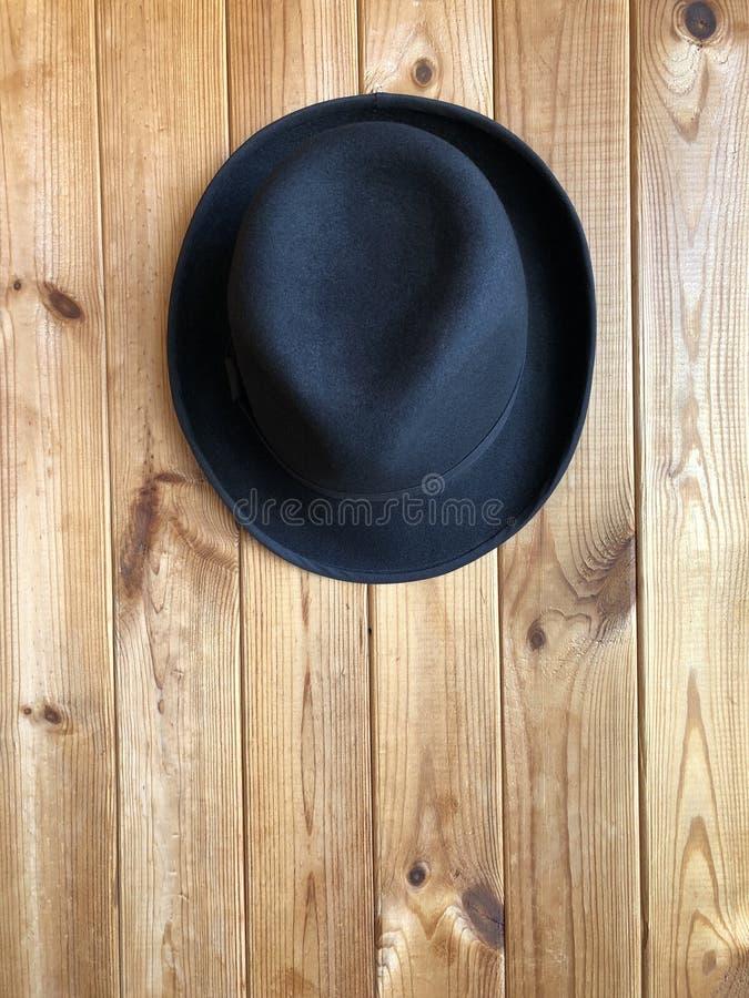 Chapeau classique noir sur un fond en bois images stock