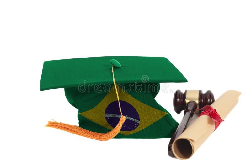 Chapeau d'obtention du diplôme avec le drapeau du Brésil avec le diplôme et le juge Gavel image stock