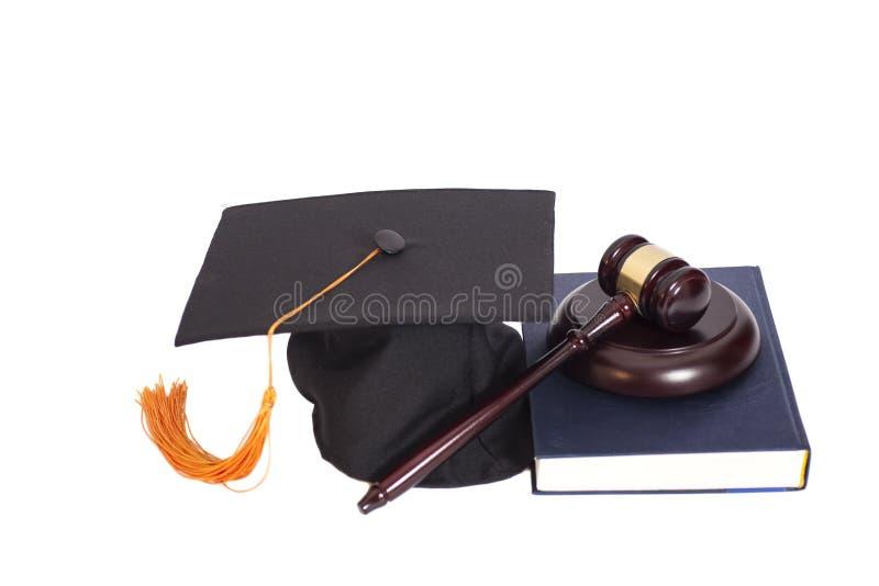 Chapeau d'obtention du diplôme avec le marteau et le livre de juge photographie stock