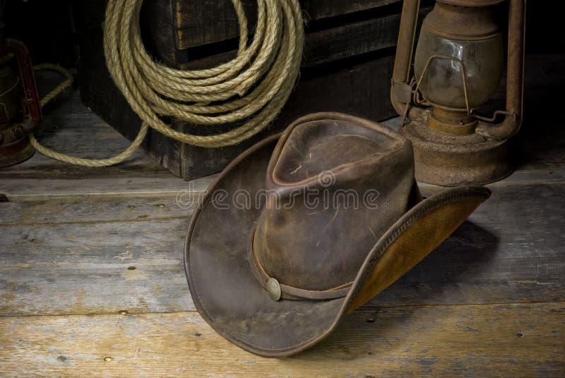 Chapeau de cowboy dans la grange photos libres de droits