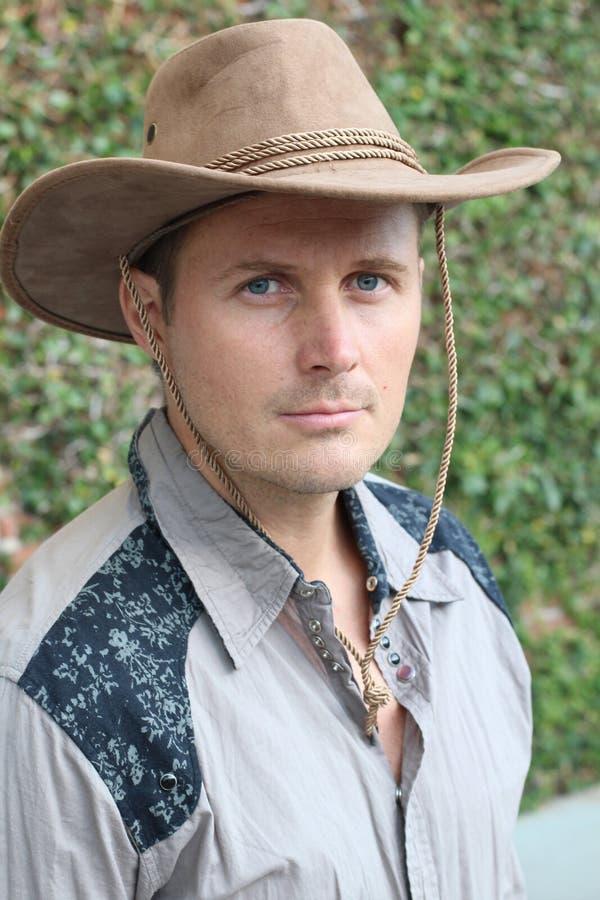 Chapeau de cowboy de port de jeune homme bel image libre de droits
