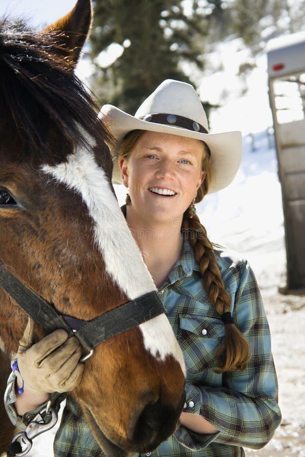 Chapeau de cowboy s'usant attrayant de jeune femme images stock