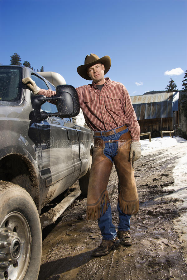 Chapeau de cowboy s'usant d'homme restant près du camion photo libre de droits