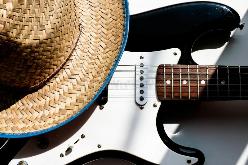Chapeau de cowboy sur la guitare électronique Fond blanc Concept ou fond de musique country Culture am?ricaine photo stock