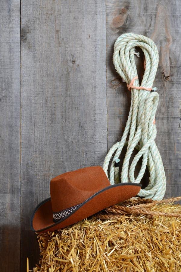 Chapeau de cowboy sur la paille avec des cordes image libre de droits