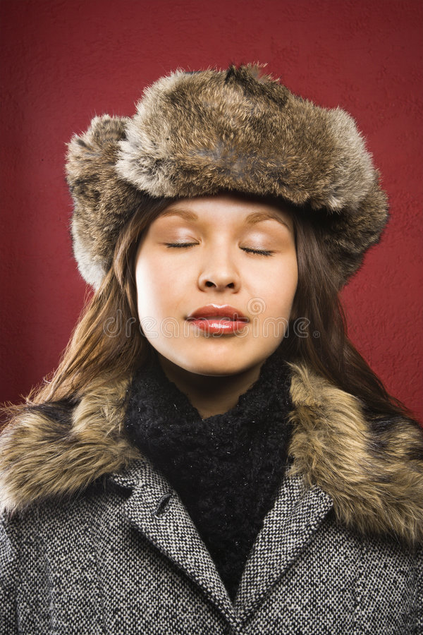 Chapeau de fourrure s'usant de femme. photographie stock libre de droits