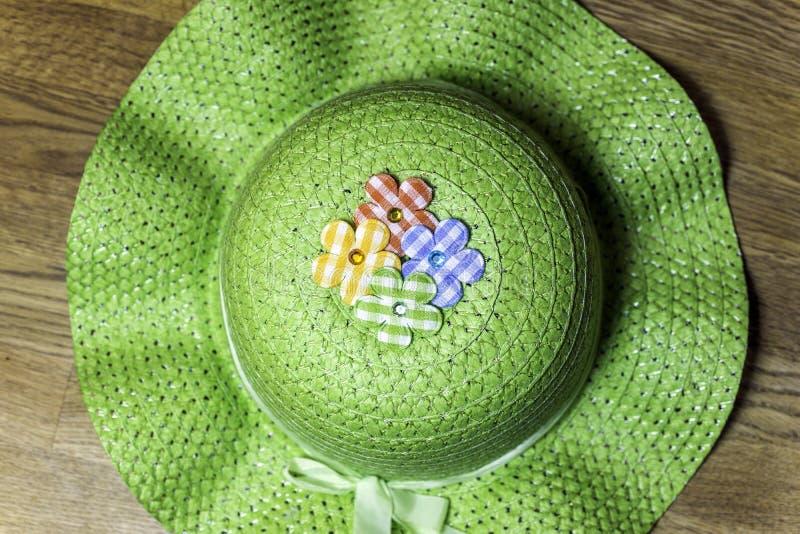 Chapeau de jardinage de pays vert avec les fleurs et le ruban de tissu photos stock