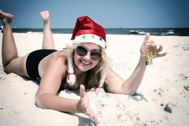 Chapeau de Noël sur la plage avec la cloche images libres de droits
