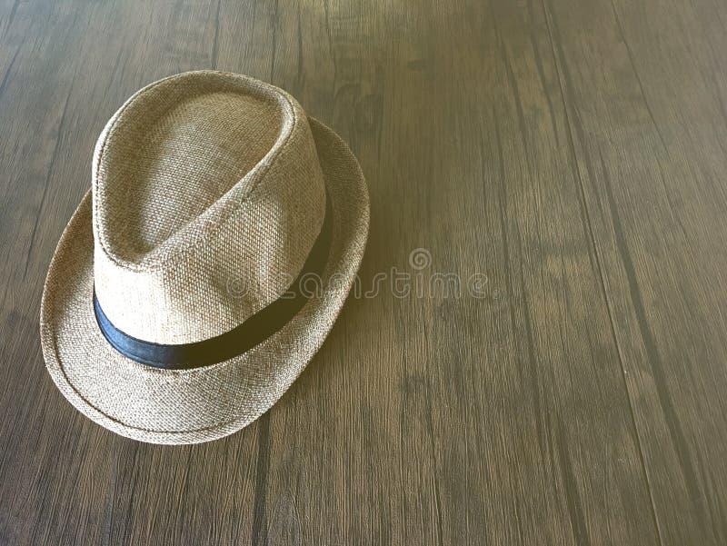 Chapeau de paille de cru de Brown sur le fond en bois photographie stock