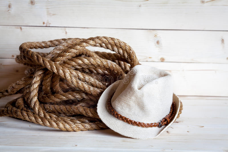 Chapeau de paille du ` s de corde et de femmes dans le style de cowboy sur le fond en bois photos stock