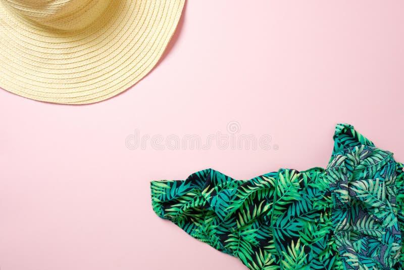 Chapeau de paille et écharpe verte sur le fond rose en pastel avec l'espace de copie pour le texte Équipement femelle de mode d'é photographie stock libre de droits