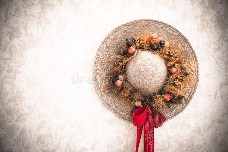 Chapeau de paille fait main traditionnellement décoré de dame de vintage avec le bouquet floral photos stock
