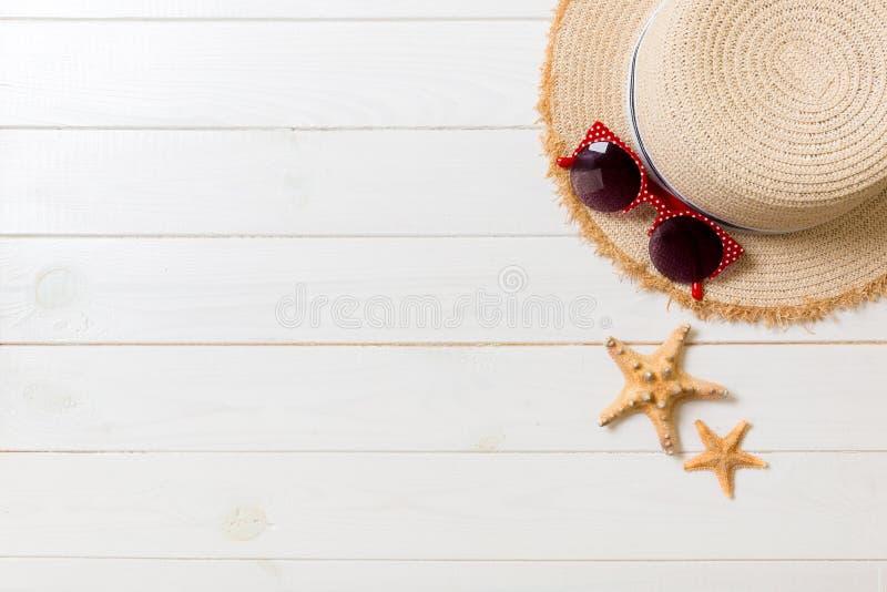 Chapeau de paille, verres de soleil et coquillages sur un fond en bois blanc concept de vacances d'?t? de vue sup?rieure avec l'e photographie stock libre de droits