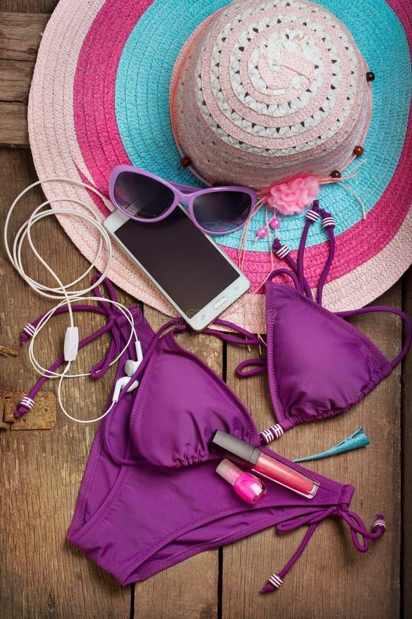 Chapeau de plage et un maillot de bain photo stock