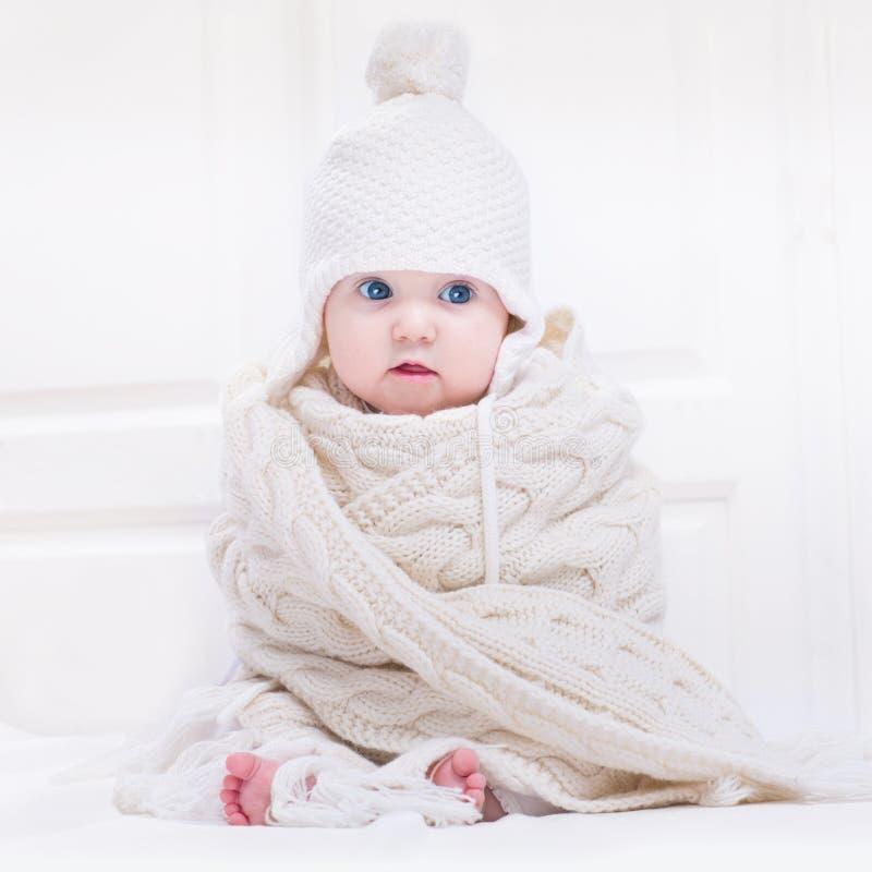 Chapeau de port de bébé mignon drôle et écharpe tricotée énorme photo stock