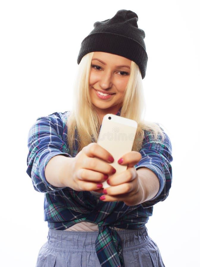 Chapeau de port de jolie fille de l'adolescence, prenant des selfies image libre de droits