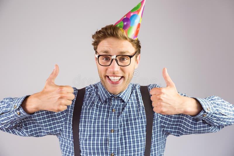 Chapeau de port de partie de hippie Geeky souriant à l'appareil-photo image libre de droits