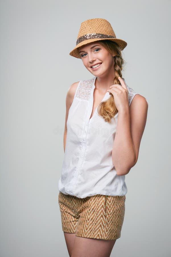 Chapeau de port de sourire de chapeau feutré de paille d'été de femme images stock