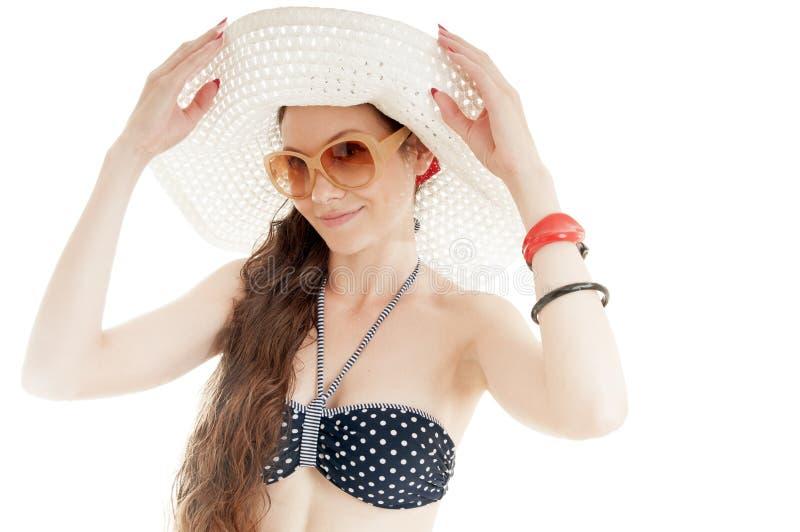 Chapeau de port et lunettes de soleil de belle fille d'été image libre de droits
