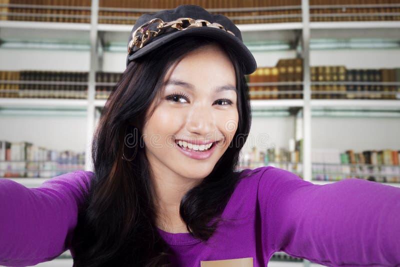 Chapeau de port de fille heureuse prenant le selfie photographie stock libre de droits