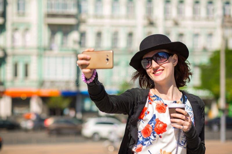 Chapeau de port de touristes et verres de jeune femme gaie, prenant un s photo libre de droits