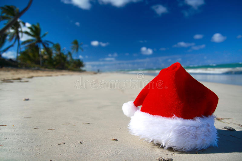 Chapeau de Santa sur la mer des Caraïbes images libres de droits