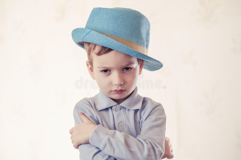 Chapeau de studio d'enfant de garçon d'enfant petit photographie stock libre de droits
