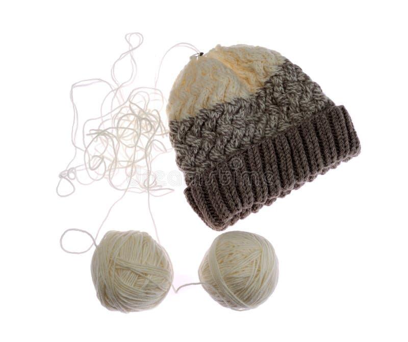 Chapeau de tricotage, une boule de fil images stock