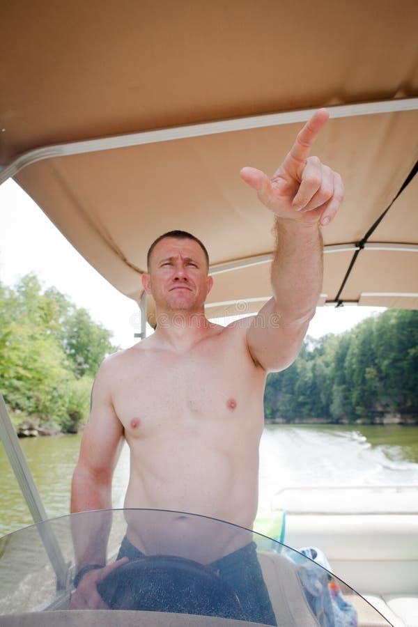 Chapeau en paille : Homme conduisant un pointage de bateau images libres de droits