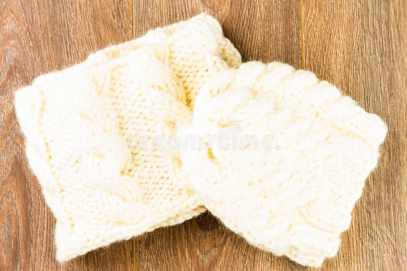 Chapeau et écharpe de tricotage photo stock