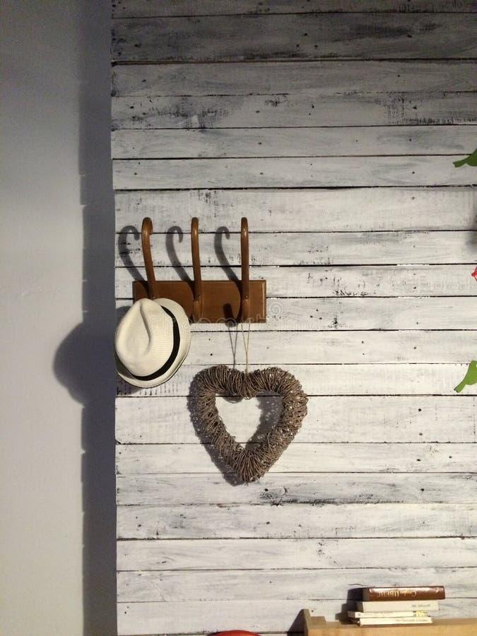 Chapeau et coeur sur un cintre image libre de droits