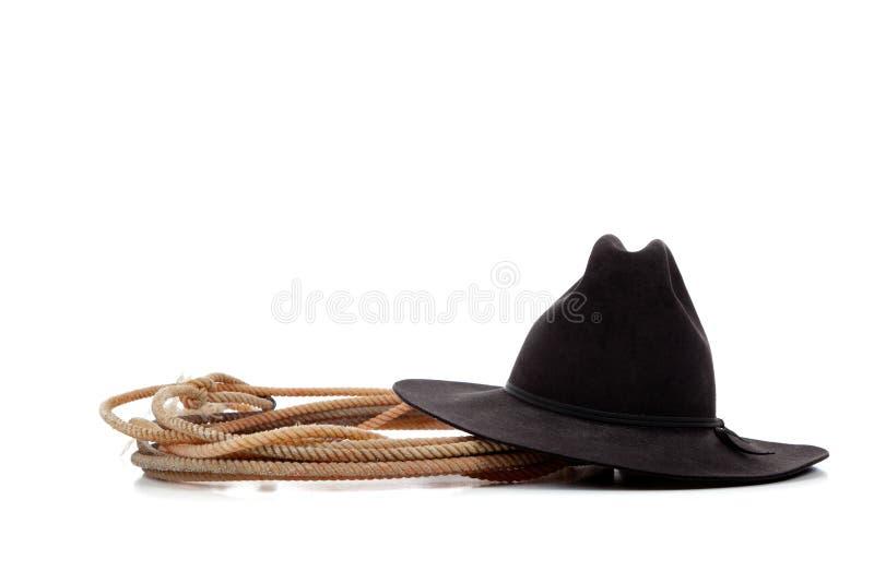 Chapeau et lasso de cowboy noirs sur le blanc photographie stock