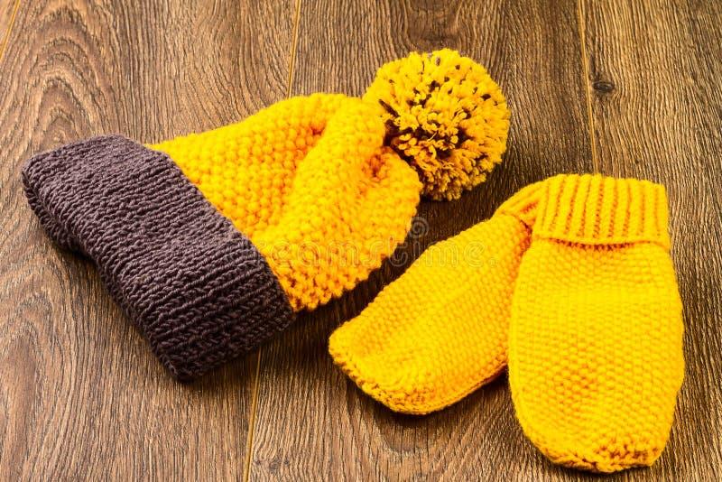Chapeau et mitaines de tricotage jaunes photo stock