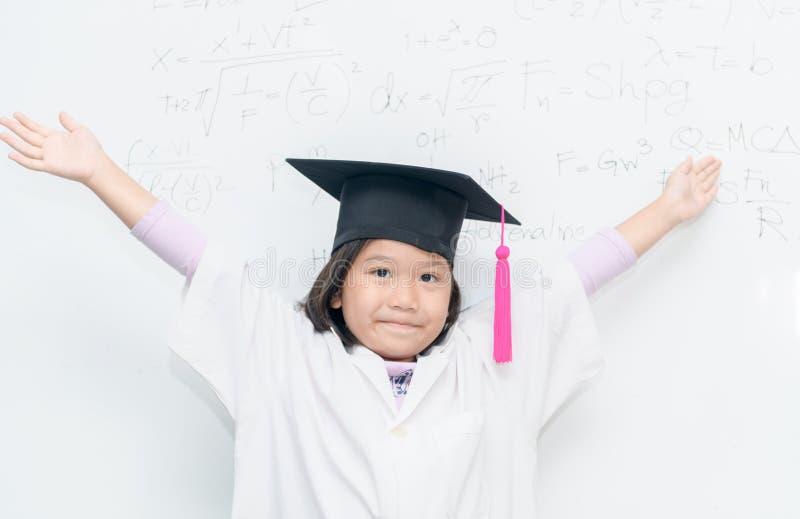 Chapeau heureux d'obtention du diplôme d'usage de fille de scientifique photo libre de droits
