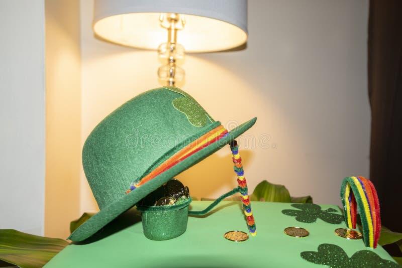 Chapeau heureux de lutin de vert de jour de St Patricks avec les pi?ces de monnaie de chocolat couvertes par or images libres de droits