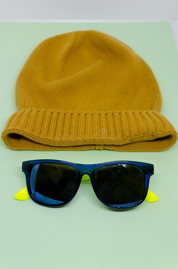 Chapeau jaune avec la fleur photo stock