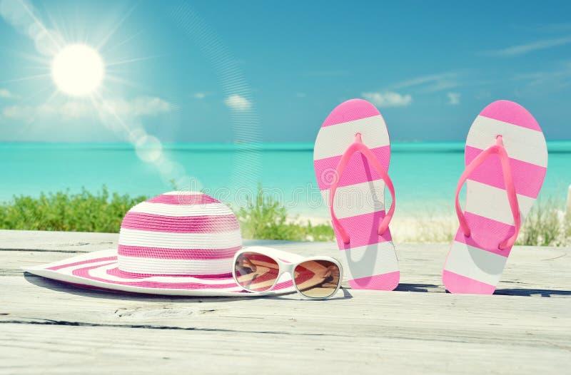 Chapeau, lunettes de soleil et bascules photo stock