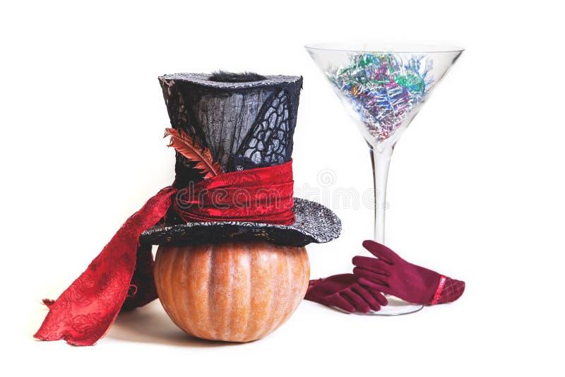 Chapeau magique et verre énorme de potiron images libres de droits