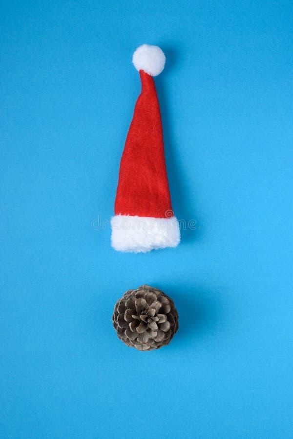 Chapeau miniature de Santa Claus sur le fond bleu An neuf de Noël images stock