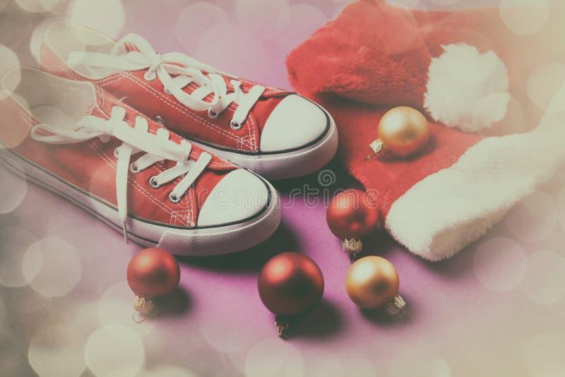 Chapeau o de chaussures en caoutchouc et de Santa images libres de droits