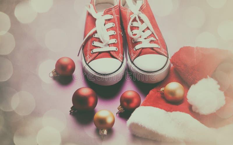 Chapeau o de chaussures en caoutchouc et de Santa photo stock