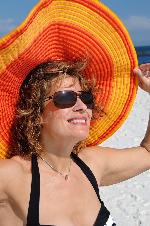 Chapeau s'usant d'été de femme attirant images stock
