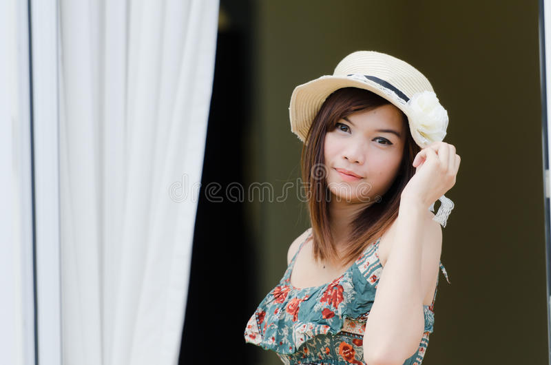 Chapeau s'usant de femme asiatique attirant photo libre de droits
