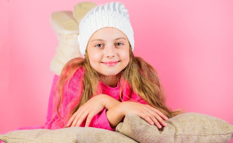 Chapeau tricoté par fille d'enfant Concept d'accessoire d'hiver Long fond de rose de rêve de cheveux de fille Maigre rêveur d'enf photo stock