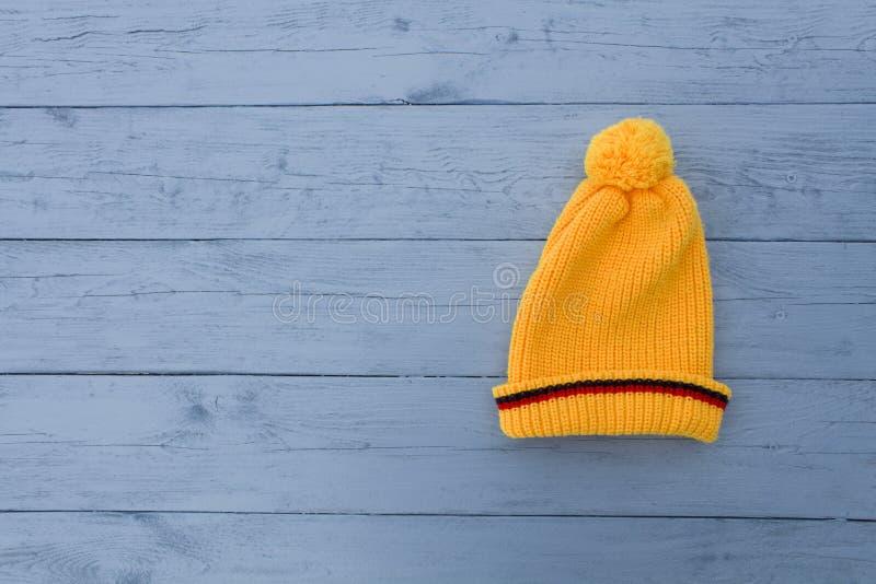 Chapeau tricoté par jaune photo stock